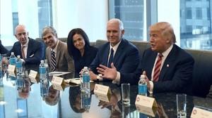 El dueño de Amazon Jeff Bezos, el cofundador de Google Larry Page yla responsable operativa de Facebook, Sheryl Sandberg, con Donald Trump y su vicepresidente Mike Pence, en diciembre del 2016.