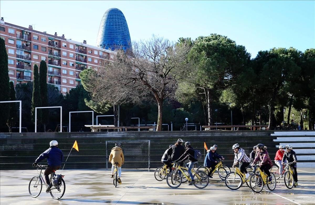 Alumnos del taller de mecánica de bicicletas en una salida, este martes.