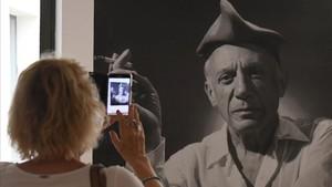 Una fotografía de Picasso con barretina, en una de las exposiciones dedicadas al pintor malagueño.