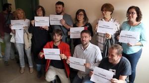 Diputados de la CUP y de Podem en Barberà del Vallès con carteles a favor de la democracia y del referéndum.