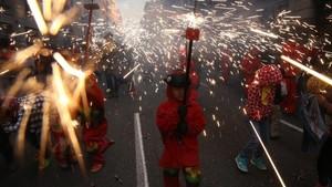 El Correfoc dels Petits Diables, en Via Laietana, la tarde del sábado.