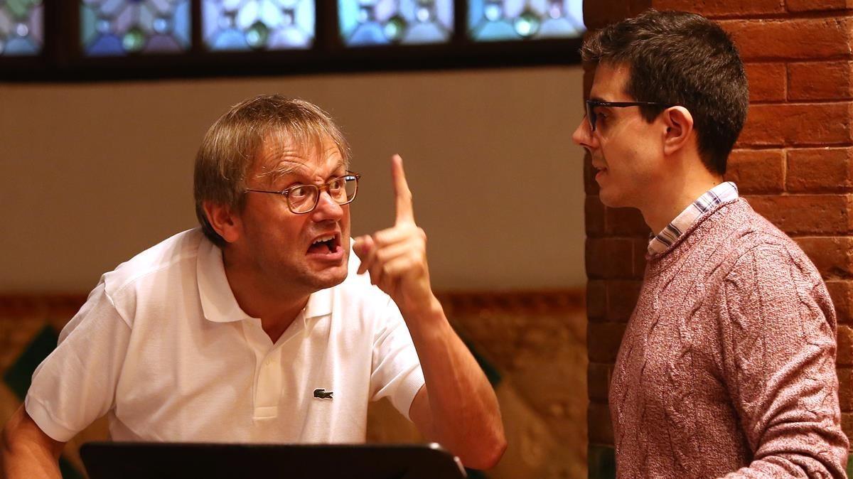 Simon Halsey (izquierda), con el barítono Joan Martín-Royo, en el ensayo a piano de 'Considering Matthew Shepard' en el Palau de la Música Catalana.