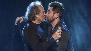 Joan Manuel Serrat y Miguel Poveda, el miércoles durante el concierto de homenaje aRoger Blàvia.