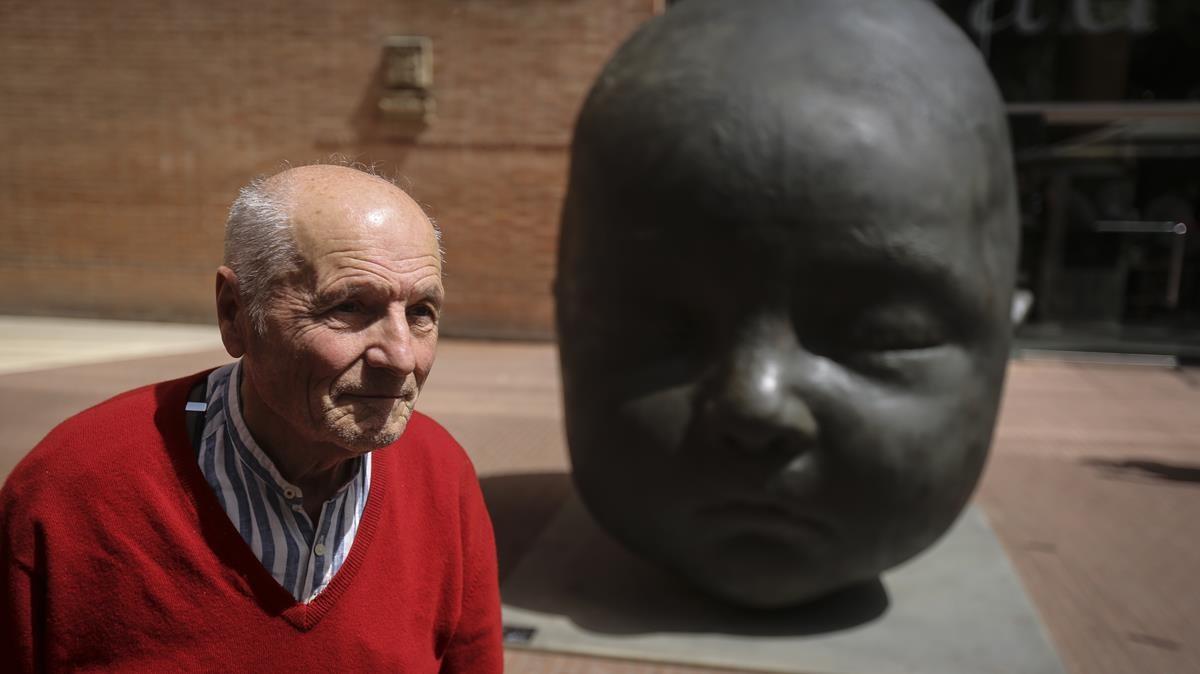 Antonio López, frente a la escultura de bronce Carmen dormida.