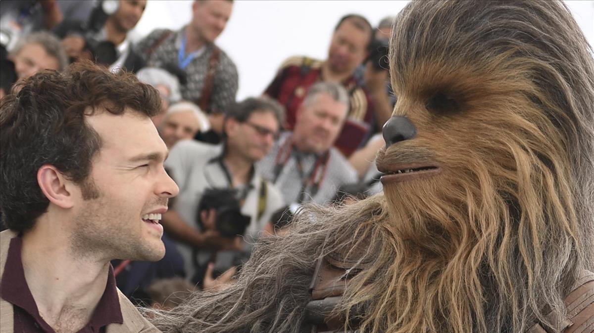 El actor Alden Ehrenreich, que interpreta el papel de Han Solo, junto aChewbacca, este martes en Cannes.