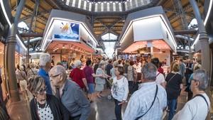 Pasillos del mercado de Sant Antoni, a rebosar de visitantes.