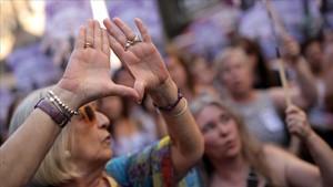 Concentración ante el Ministerio de Justicia en contra de salida en libertad de los miembros de La manada, este viernes en Madrid.