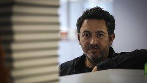 Mikel Santiago, sol davant de la solitud del supervivent