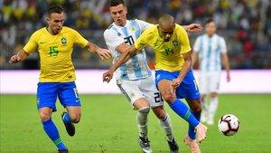 Arthur, a la izquierda, mientras Lo Celso y Fabinho pelean por un balón.