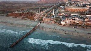 Imagen tomada con dron que muestra las dos vallas fronterizas que separanMéxico y EEUU en la ciudad de Tijuana, en el estado de Baja California.