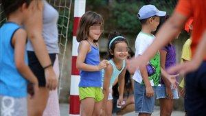 Niños en un campamento social de verano.