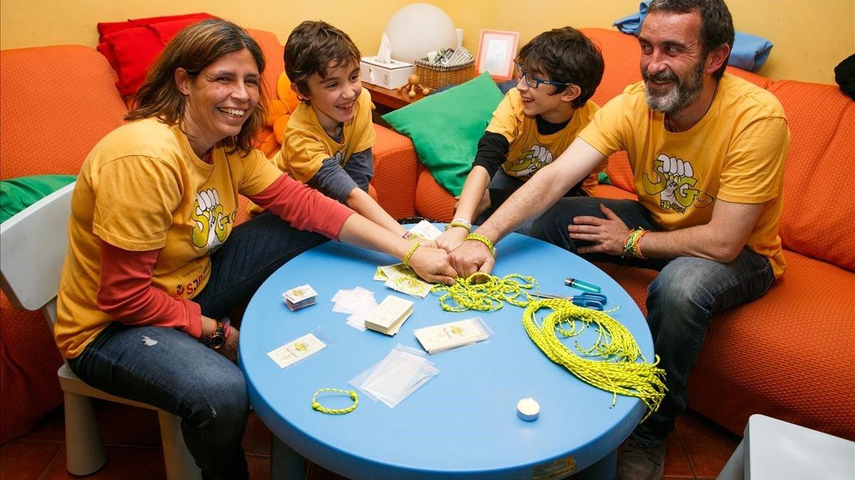 Los miembros de la familia Cano Carrés en plena elaboración de las pulseras.