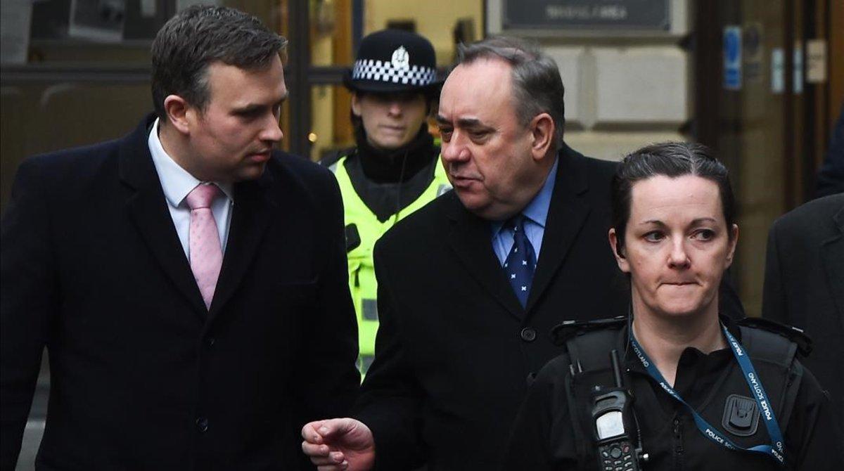 El exprimer ministro escocés Alex Salmond (centro) abandona el tribunal de Edimburgo ante el que compareció el 24 de enero del 2019.