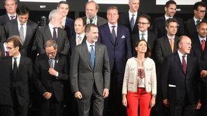 El rey Felipe VI y el presidente de la Generalitat, Quim Torra, se han saludado este viernes en el almuerzo conmemorativo del centenario del salón Automobile Barcelona.