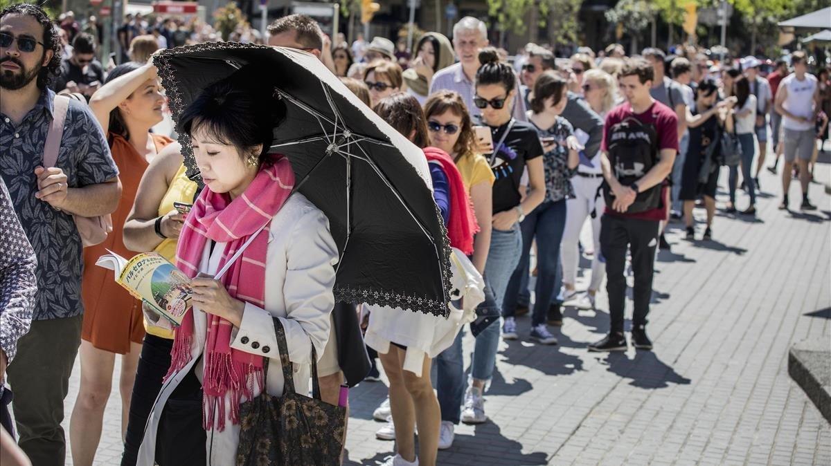 Cola de turistas para visitar la Sagrada Família.