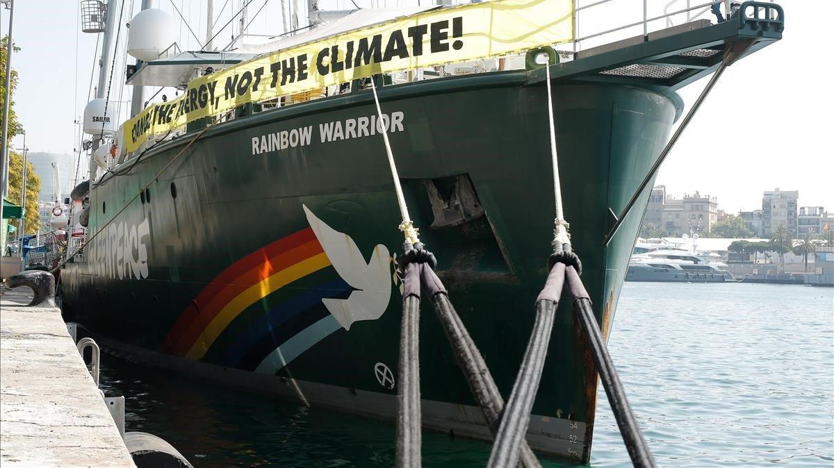 El 'Rainbow Warrior' atracado en el puerto de Barcelona, este viernes.
