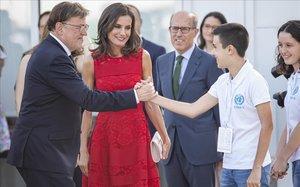 Ximo Puig, president de la Generalitat, saluda ante la mirada de la reina Letizia a uno de los voluntarios que han participado en la inaguración del CEMAS