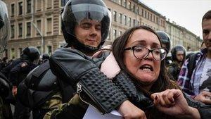 La activista Yelena Grigorieva en una manifestación enfavor del colectivo LGTB.