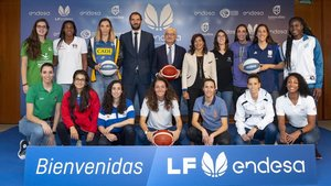 Retrato de familia de la liga femenina de baloncesto 2029-2020.
