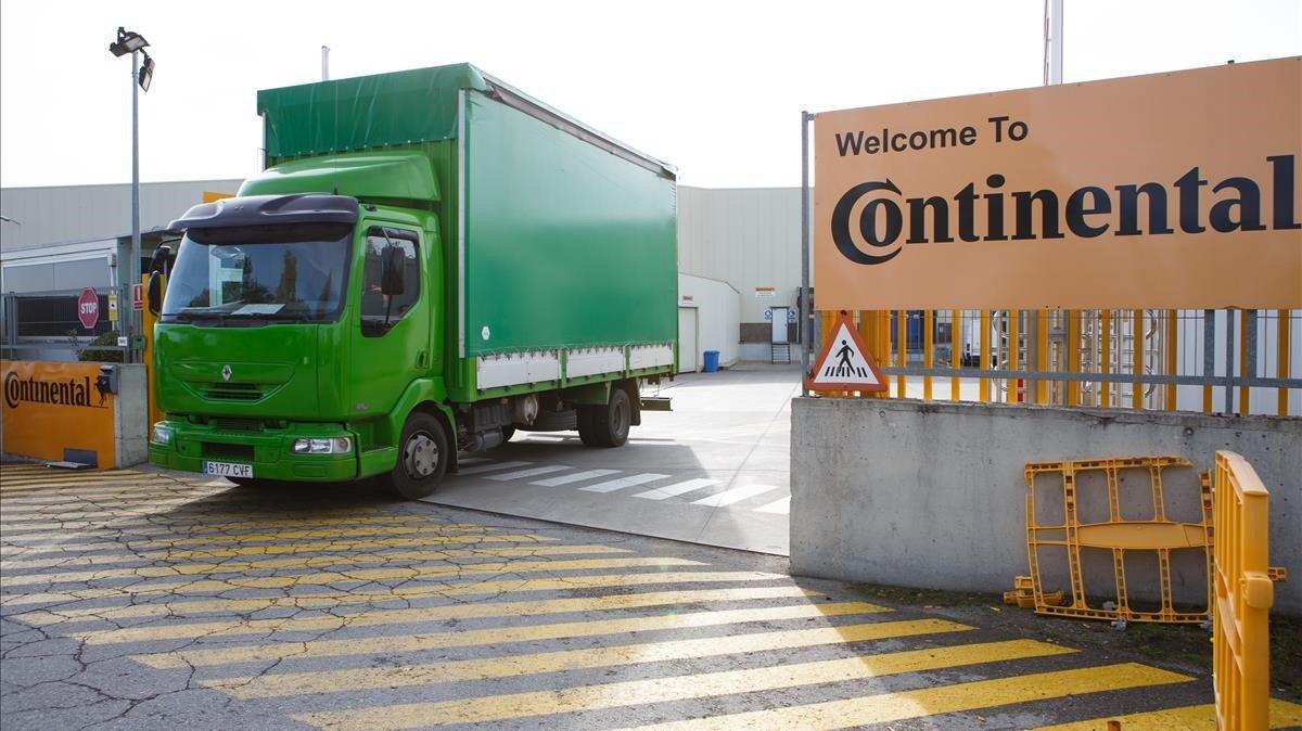 Un camión a la salida de la fábrica de Continental en Rubí (Vallès Occidental).