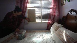 Juan Gómez y María Jesús Ariza muestran los daños colaterales sufridos en su casa por la explosión en la petroquímica.