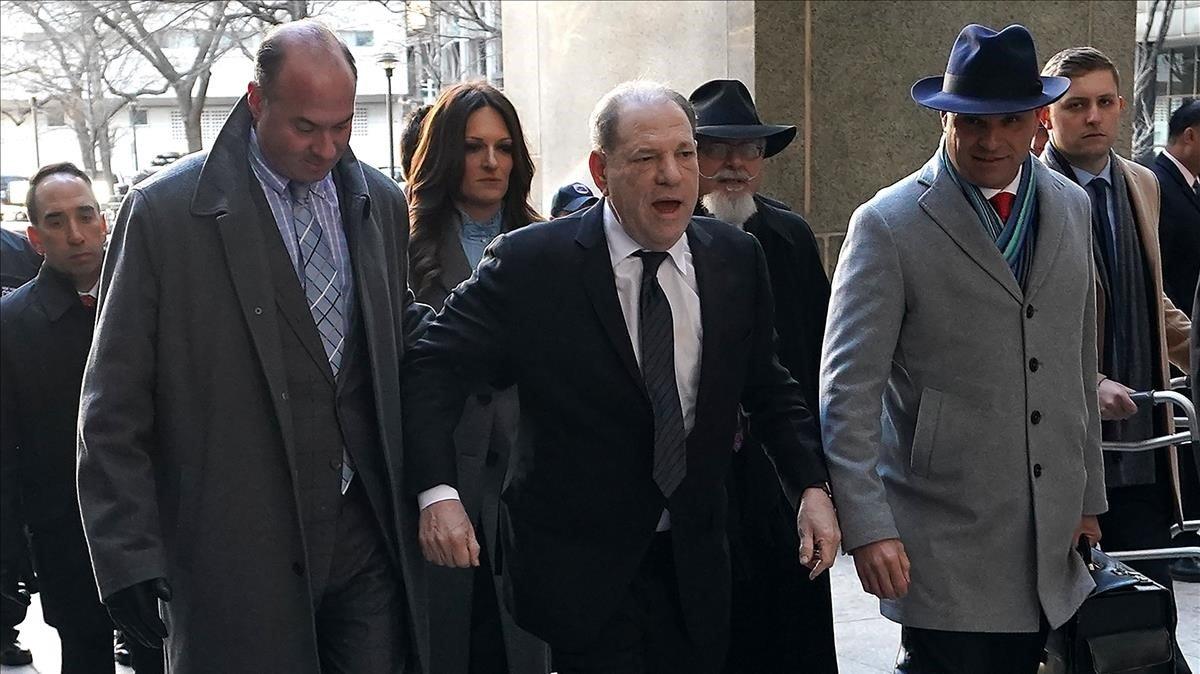 Harvey Weinstein acude al juzgado.