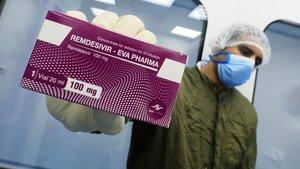 Un técnico de laboratorio muestra una caja del antiviral Remdesivir.