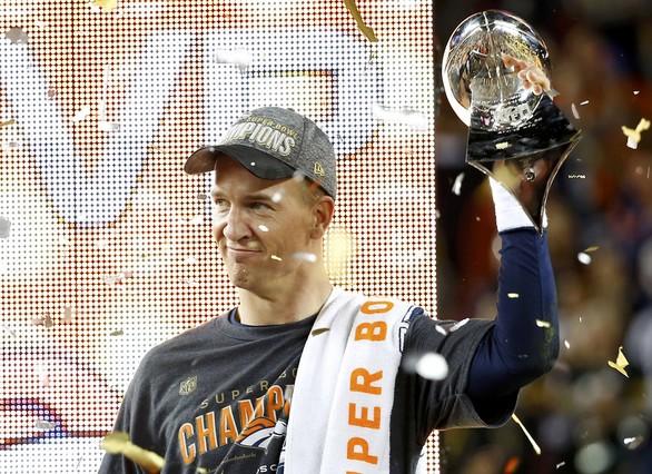 Peyton Manning, con el trofeo Vince Lombardi, al final del partido contra los Panther.