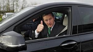El primer ministro irlandés Enda Kenny, saluda tras votar en un colegio electoral en Castlebar, Irlanda.