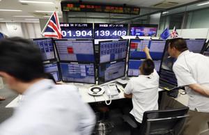 Empresa de correduría de bolsa en Tokyo, pendiente de los resultados del referendum en el Reino Unido