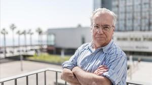 El investigador Miquel Porta Serra posa en el Parque de Investigación Biomédica de Barcelona.