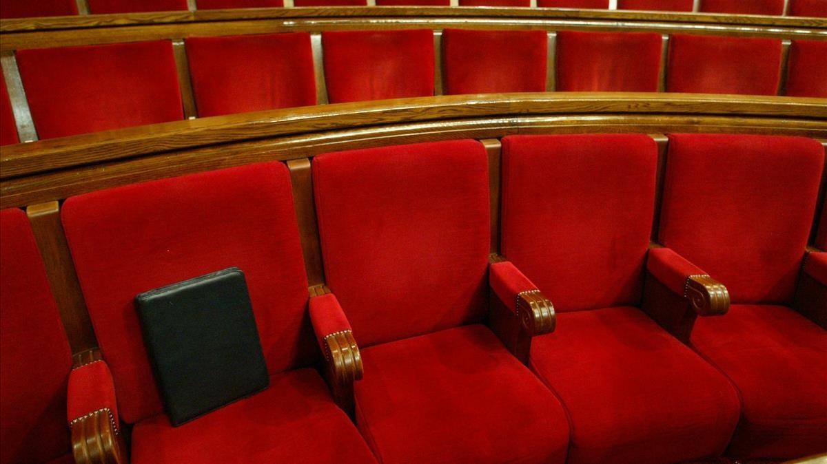 Escaños vacíos en el Parlament de Catalunya