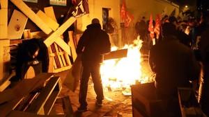 Los funcionarios de la prisión de Niza han pasado la noche ante el centro penitenciario.