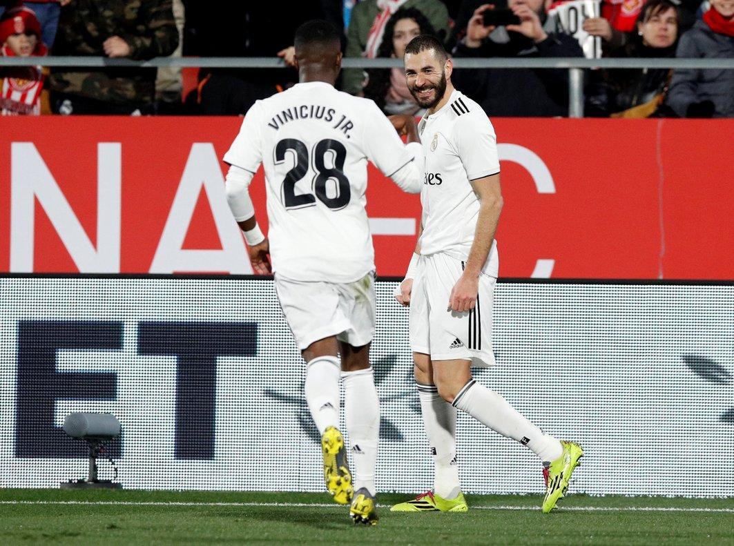 Benzema (d) y Vinicius celebran un gol del Madrid.