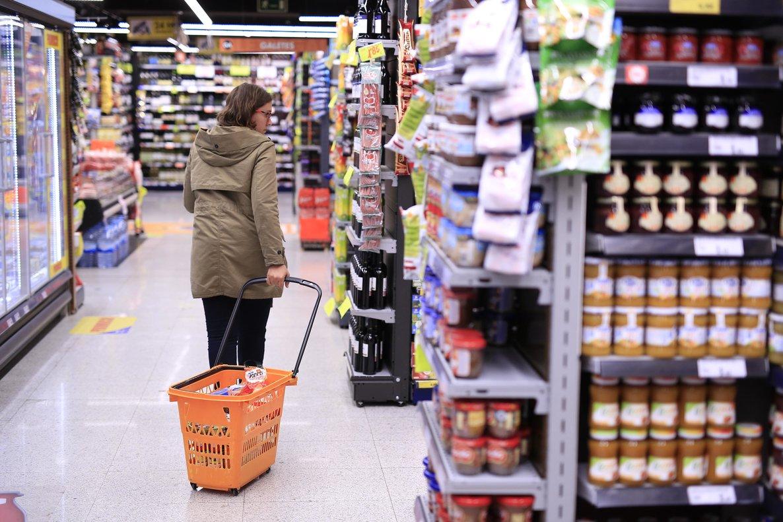 Una persona comprando en un supermercado.