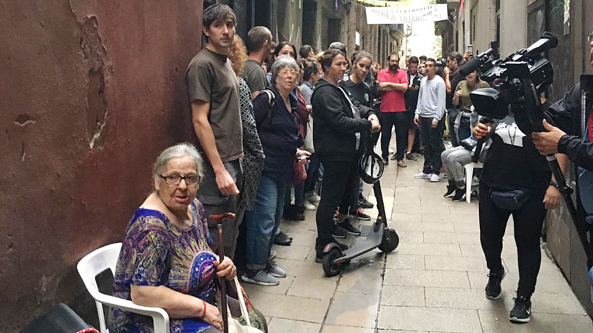 Manuela, sentada a pie de calle, ante la amenaza de desahucio.