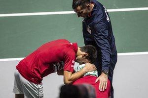 Djokovic (i) consuela a Troicki en el banquillo serbio tras perder ante Rusia.