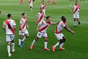 El peruano Advíncula (d) celebra junto a sus compañeros del Rayo el gol ante el Albacete.