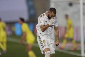 El madridista Karim Benzema celebra el gol del 1-0 ante el Villarreal.
