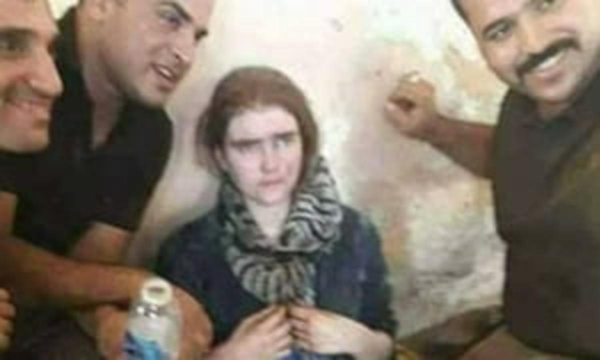 Soldados iraquís muestran a la joven alemana arrestada en Mosul.