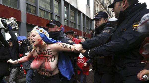 Activistes de FEMEN irrompen en la manifestació contra lavortament de Madrid.