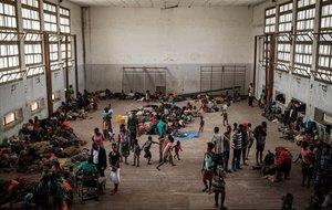 Afectados por el ciclón en un pabellón de acogida en la ciudad de Beira, en Mozambique.