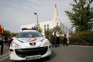 Agentes de la Gendarmería acordonan una calle cerca del lugar del ataque, en Trappes.