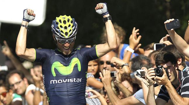Alejandro Valverde celebra la seva victòria a la Clàssica Sant Sebastià, al travessar la meta.