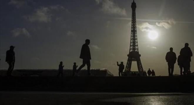 Altares y miedo en París