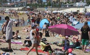 Ambiente en la playa del Bogatell, en Barcelona.