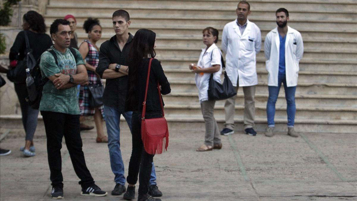 Amigos y familiares de la joven cubana Grettel Landrove asisten al lugar de su velatorio en La Habana el lunes 21 de mayo.