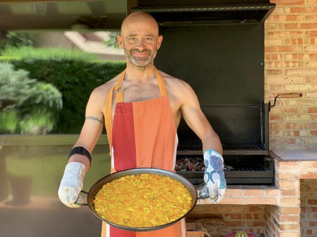 Antonio Lobato posando como cocinero porno
