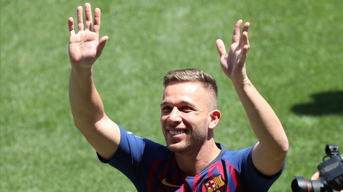 Arhur saluda a los aficionados que acudieron al Camp Nou.