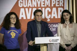Jaume Asens, junto a Aina Vidal y Mar García, en la sede de los comuns.